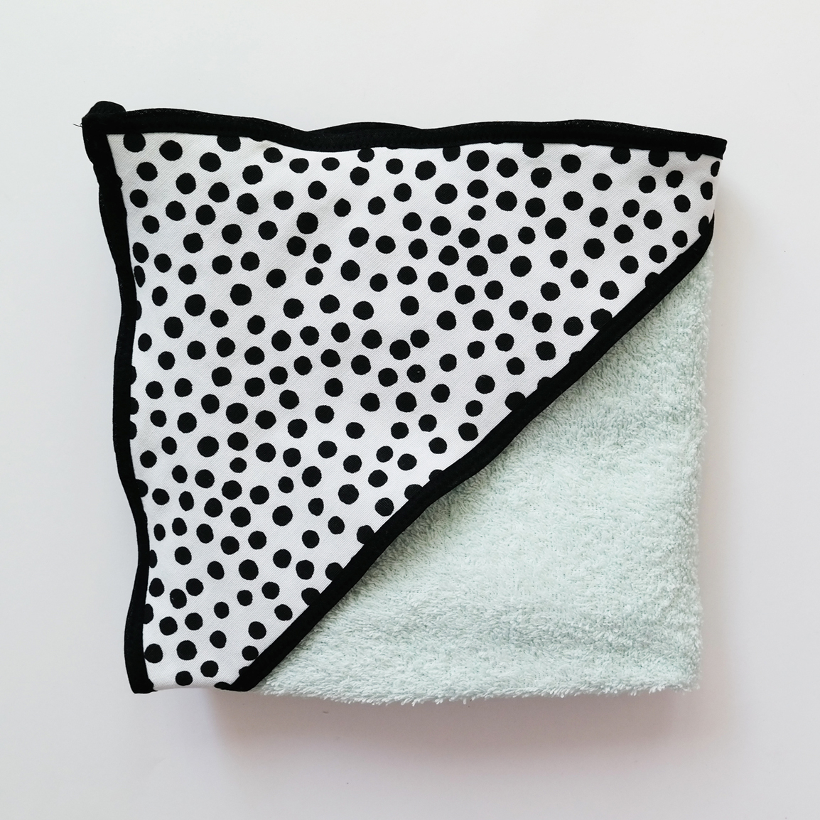 mintgroen badstof badcape met zwarte stippen voor na het badderen