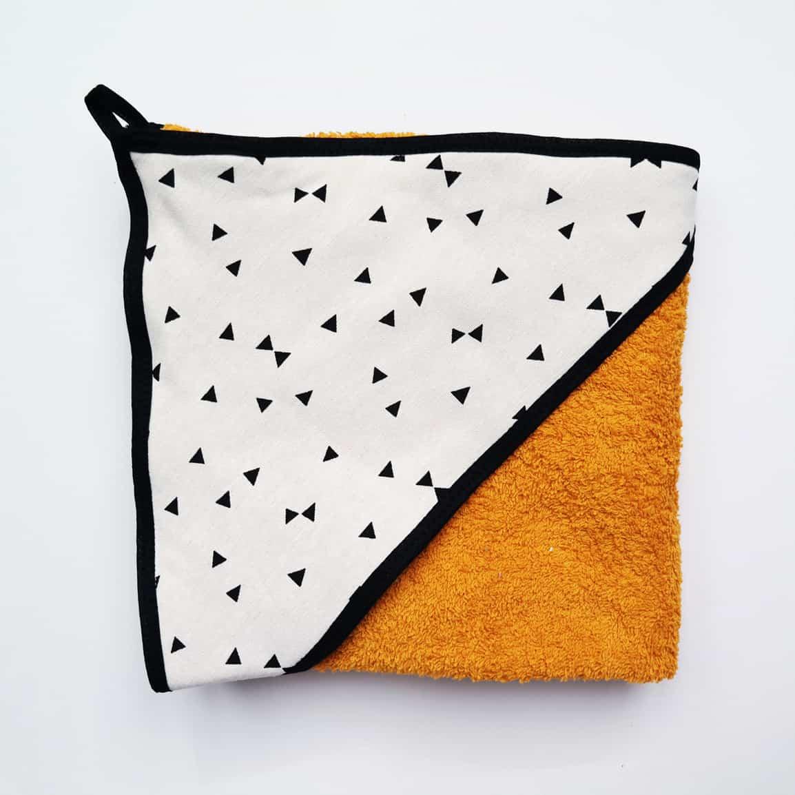okergeel badstof badcape met zwarte triangle voor na het badderen
