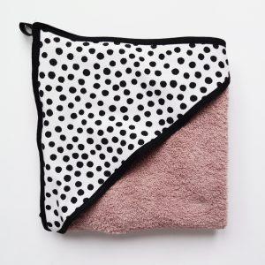 oud roze badstof badcape met zwarte stippen voor na het badderen