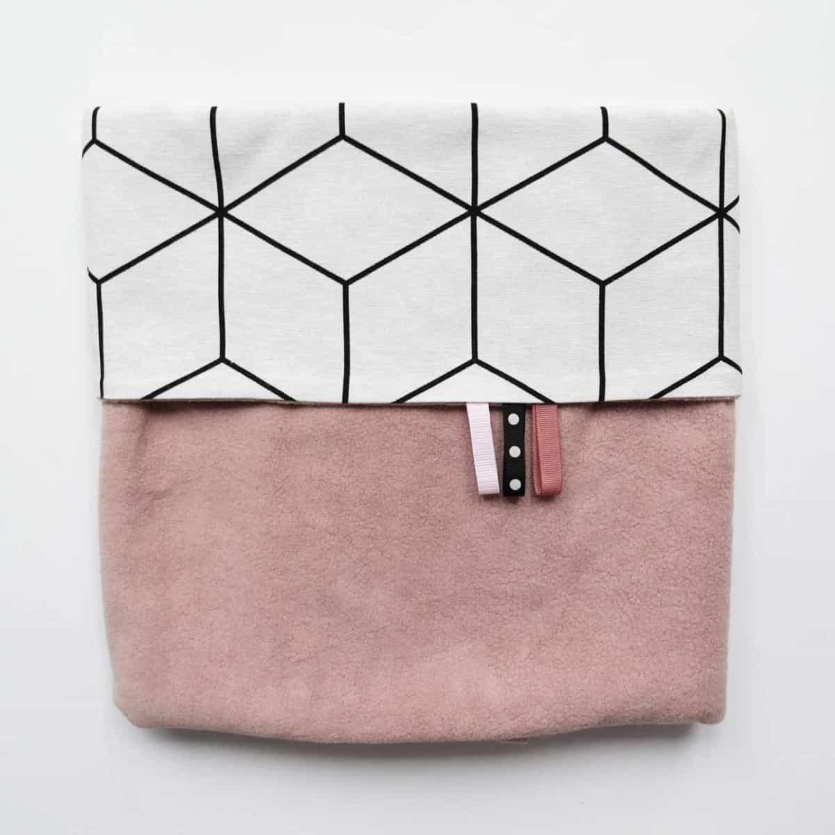 Babydeken fleece roze met wit zwart kubus print