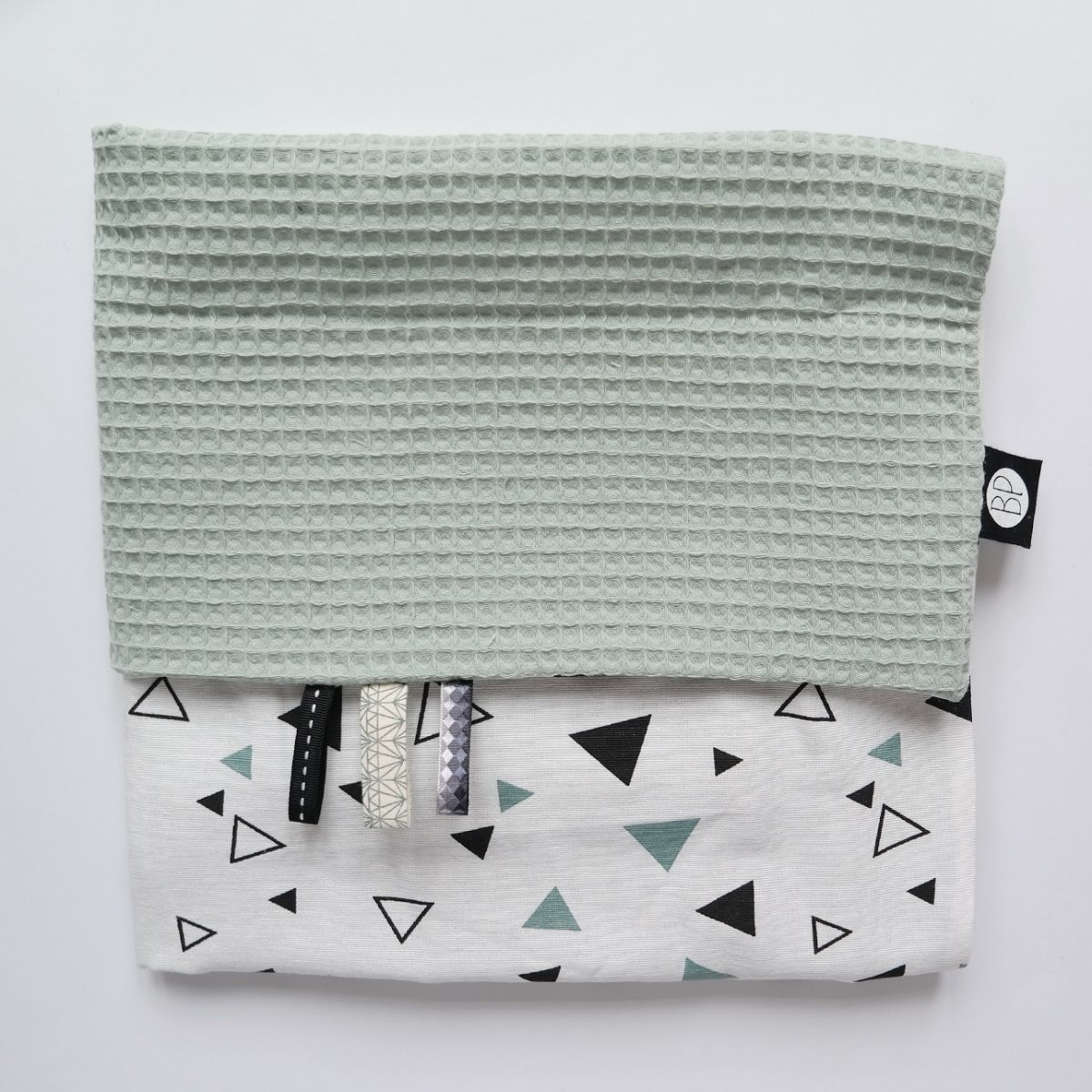 Ledikantdeken wafel oud groen met zwart wit groen driehoek print