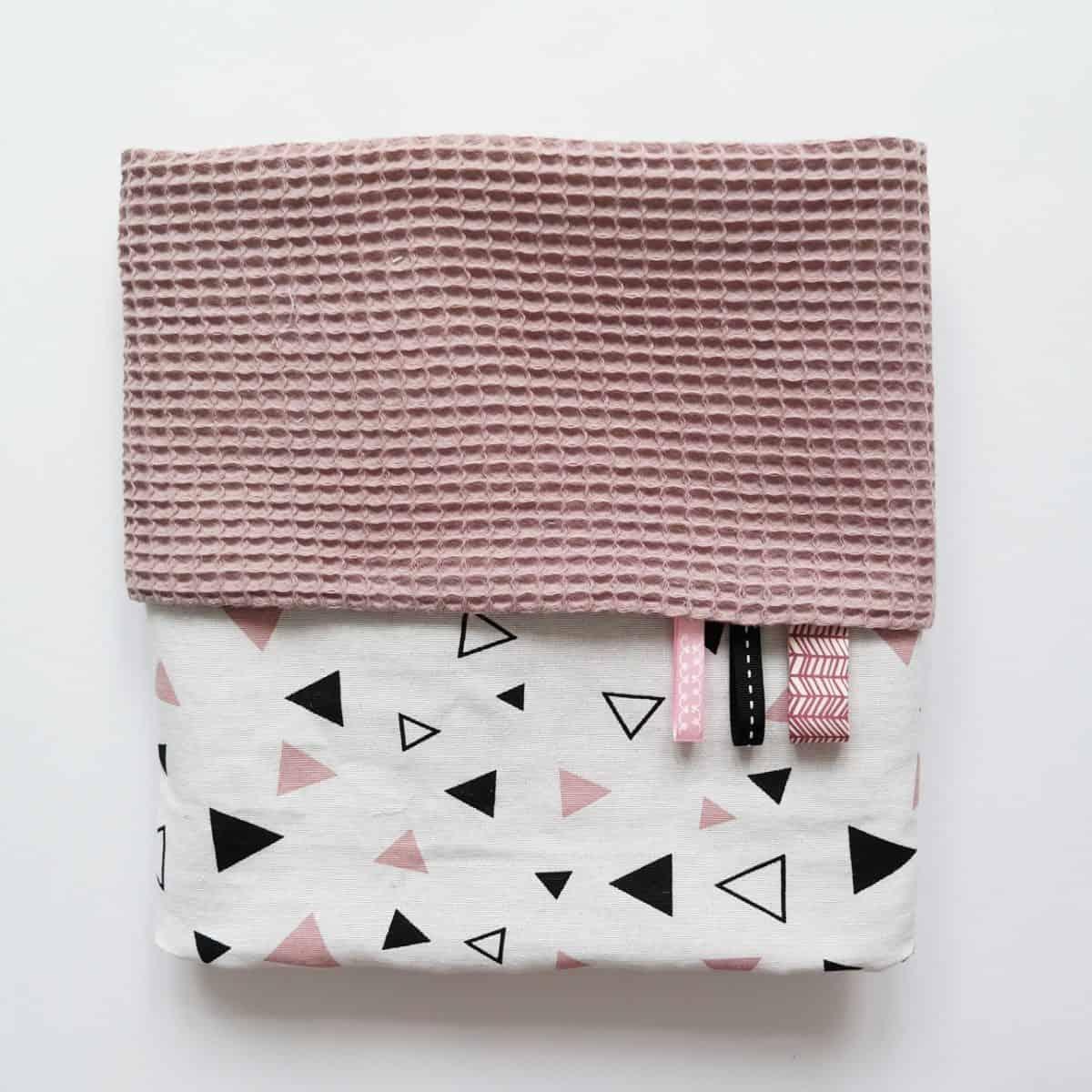 ledikantdeken wafel roze met zwart wit roze driehoekjes print