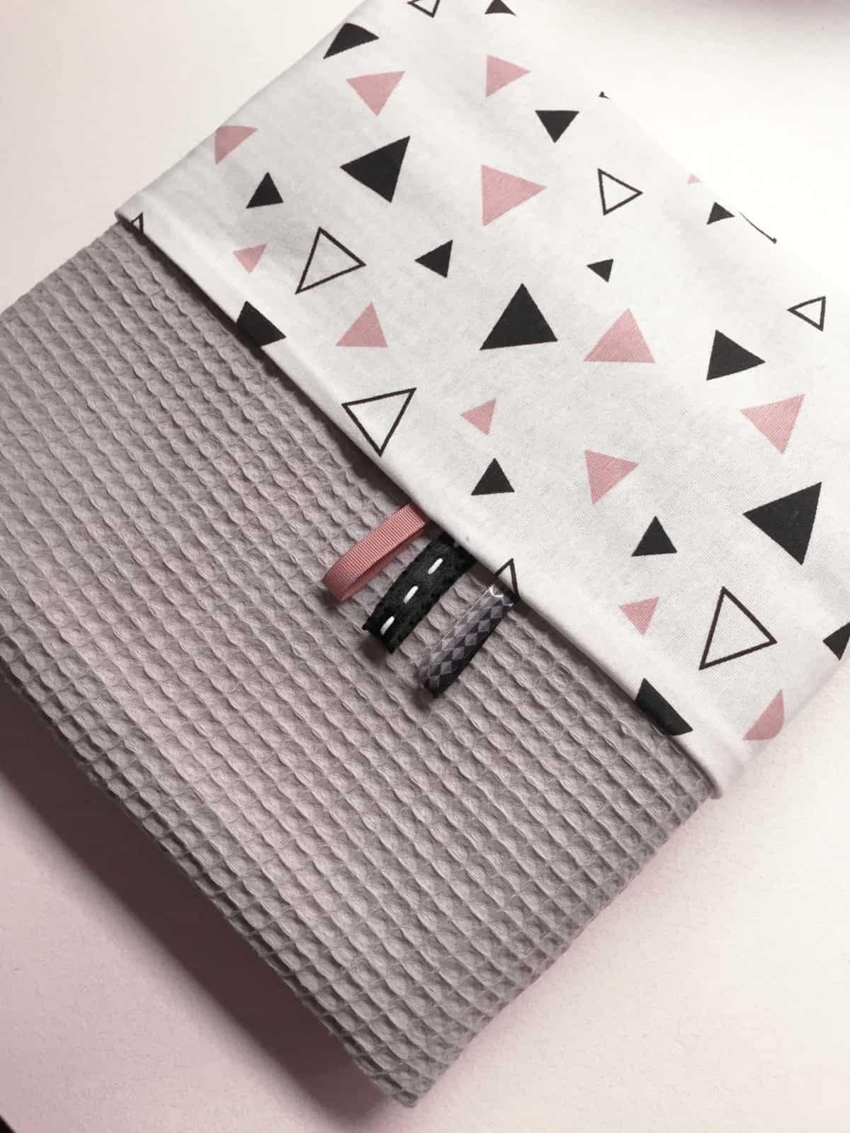 ledikantdeken wafel grijs met roze en zwarte driehoekjes