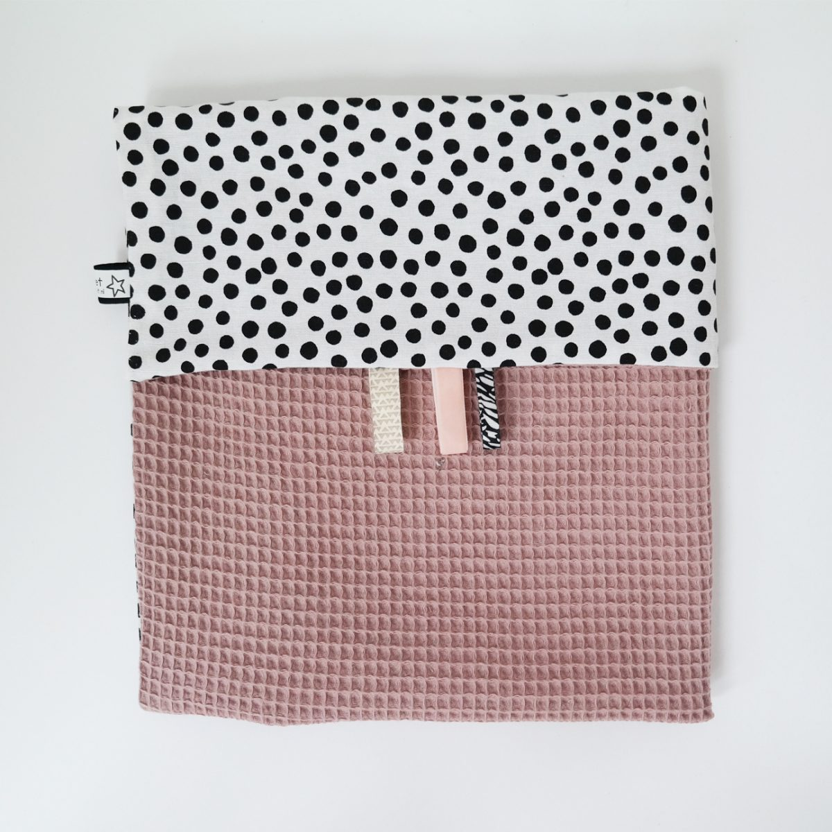 ledikantdeken kinderwagendeken wiegdeken in wafel roze zwart wit dots monochroom