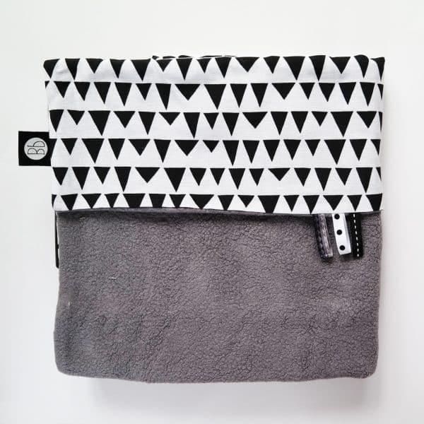 Babydeken in fleece grijs met zwart wit mountain print