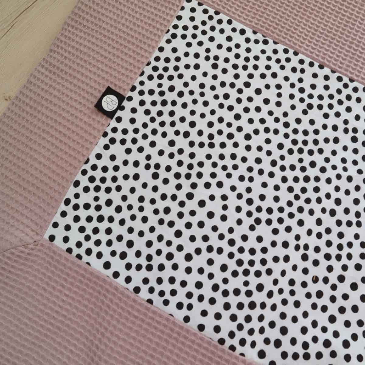 Boxkleed in roze wafel met zwarte stippen