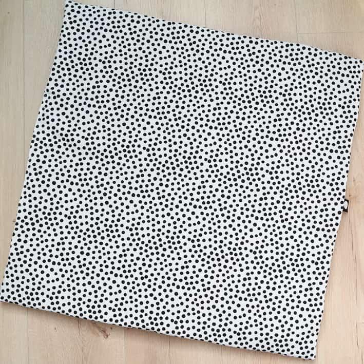Vierkant boxkleed op maat van de box in stippen zwartwit print