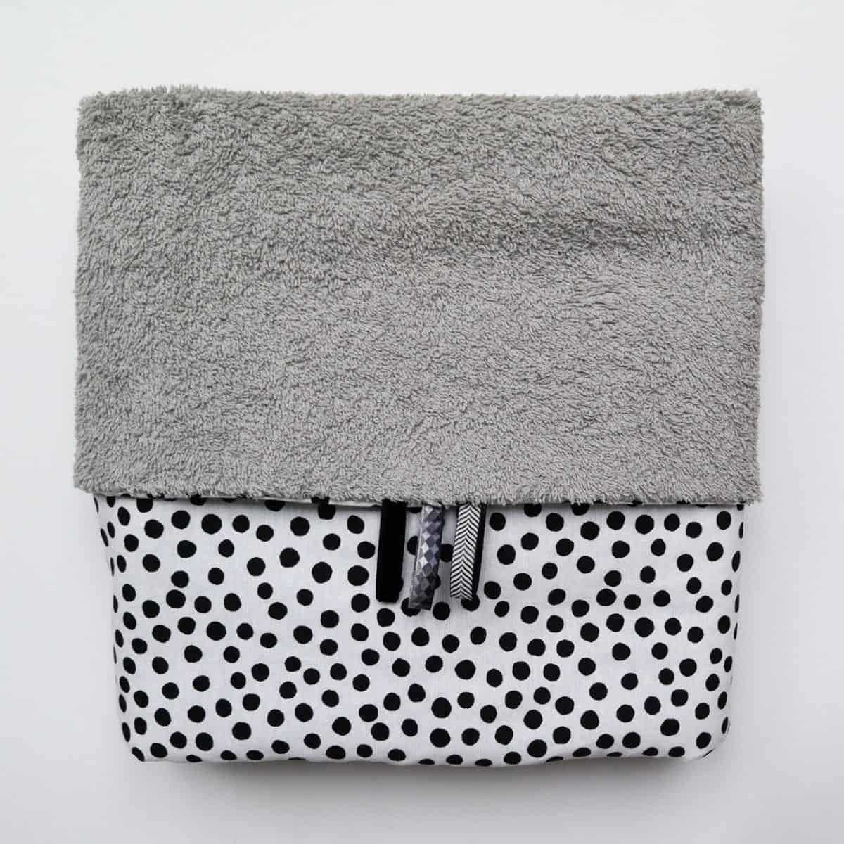 Wikkeldoek in grijs badstof met zwarte stippen