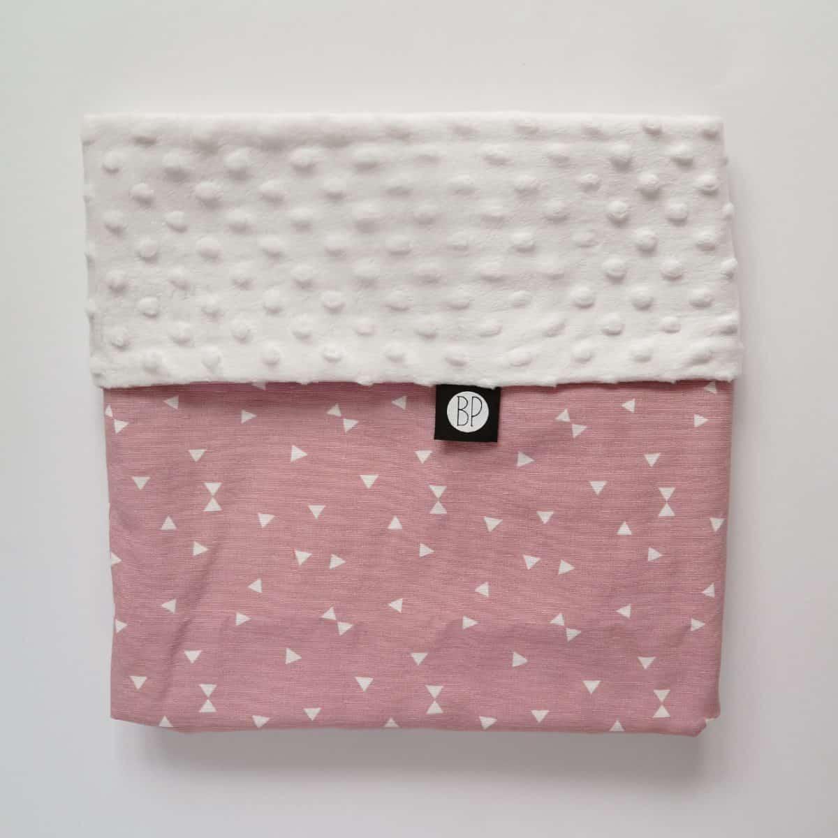 Wikkeldoek in minky ecru en roze voor de baby