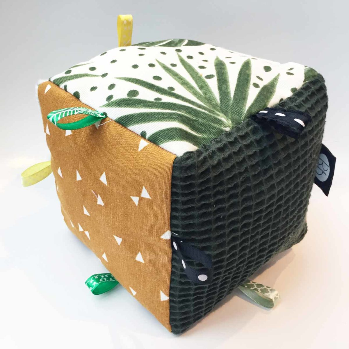 speelkubus van stof in botanic oker print