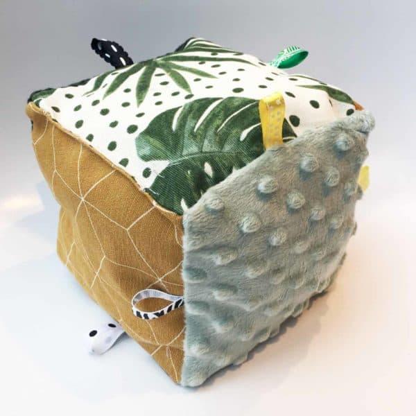 Speelkubus van stof in oker groen en botanic print