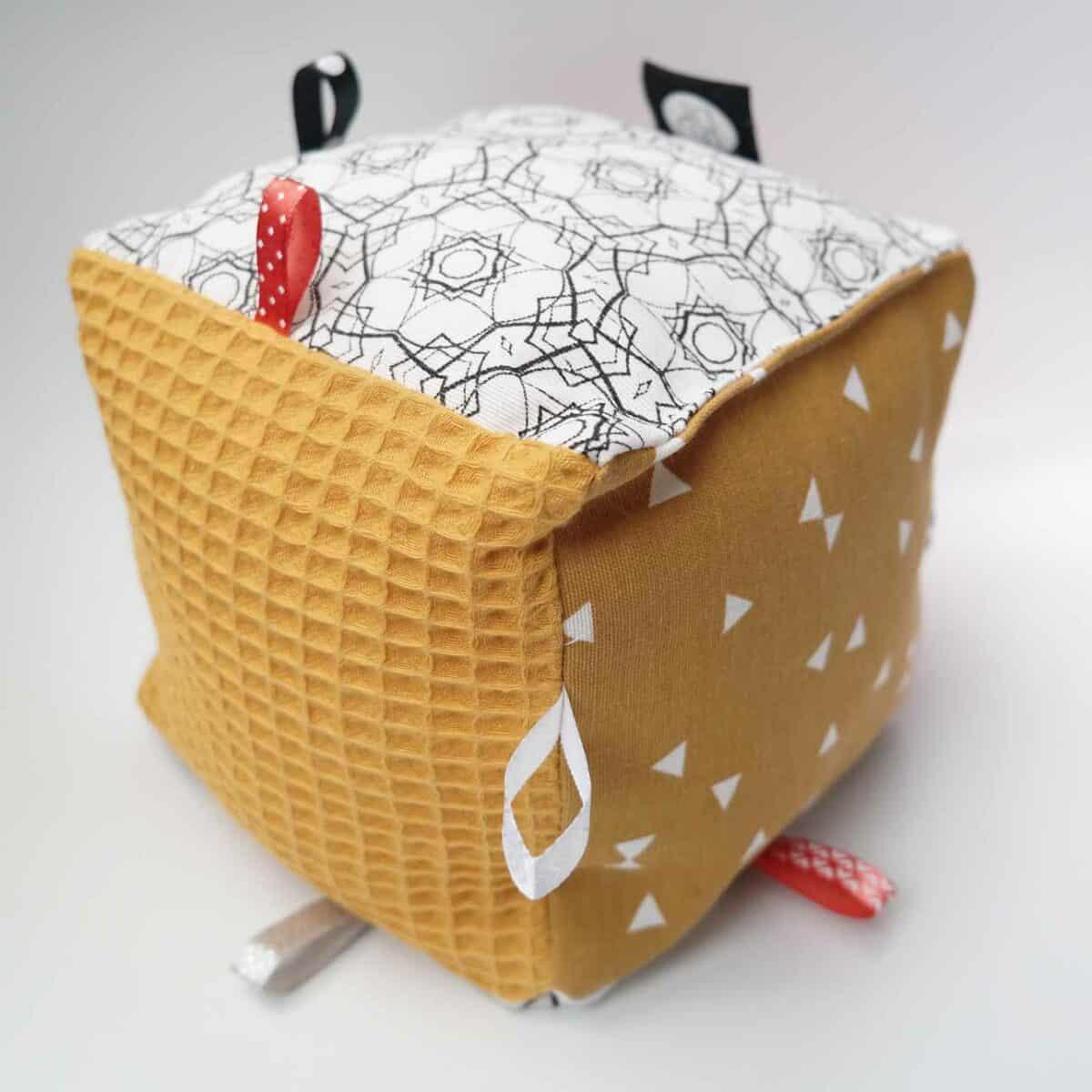 speelkubus baby brique okergeel