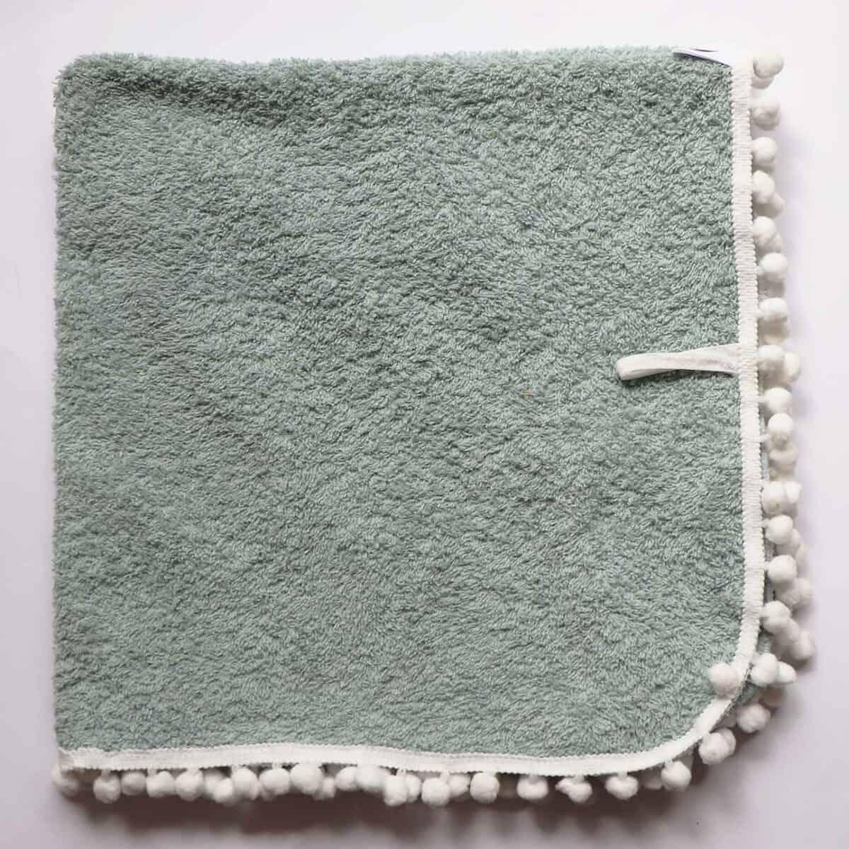 Swaddles van badstof met pompon randje in groen voor baby