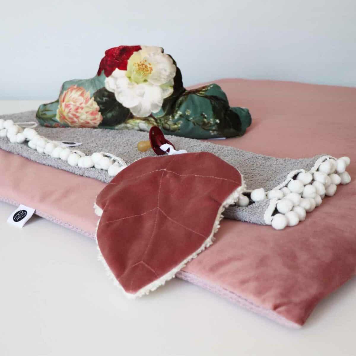 Vierkant boxkleed velvet roze met bloemen accessoires