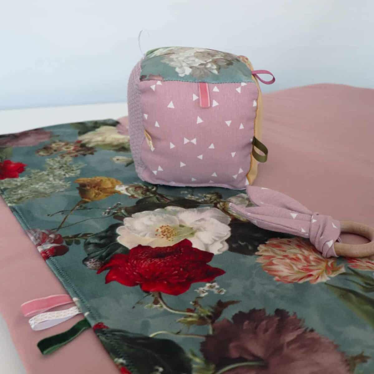 Boxkleed velvet roze met bloemen accessoires